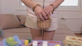 Kvinna med en korg med påskägg stock video
