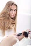 Kvinna med en kupa av coffe Royaltyfria Bilder