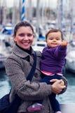 Kvinna med en liten flicka arkivbilder
