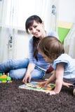 Kvinna med en litet barn Arkivbilder