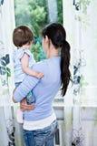 Kvinna med en litet barn Arkivfoto