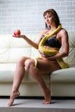 Kvinna med en orm som rymmer det röda äpplet Royaltyfri Fotografi