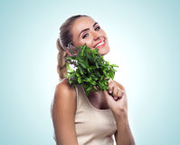 Kvinna med en packe av den nya mintkaramellen. Att banta för begreppsvegetarian - Arkivfoton
