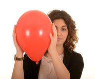Kvinna med en röd ballong Fotografering för Bildbyråer