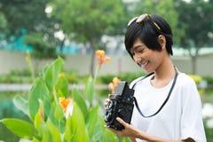 Kvinna med en retro kamera Royaltyfria Bilder