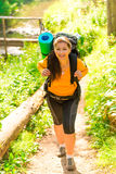 Kvinna med en ryggsäck som upp går kullen Royaltyfri Foto