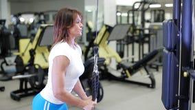 Kvinna med en sexig kropp som gör övning i idrottshallen stock video