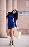Kvinna med en shoppingpåse Arkivbild