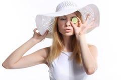 Kvinna med en skiva av gurkan Royaltyfria Foton