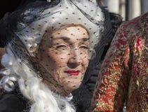 Kvinna med en skyla Royaltyfri Fotografi