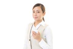 Kvinna med en smart phone  Fotografering för Bildbyråer