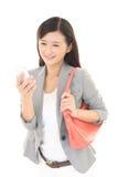 Kvinna med en smart phone  Arkivbilder