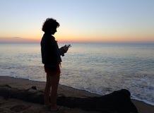 Kvinna med en Smartphone Royaltyfri Bild