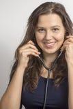Kvinna med en stetoskop arkivfoto