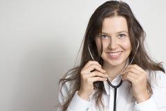 Kvinna med en stetoskop royaltyfria bilder