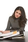 Kvinna med anteckningsböcker Arkivbild