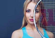 Kvinna med en tennisracket arkivfoto