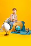 Kvinna med en världskarta och jordklot Arkivfoton