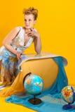 Kvinna med en världskarta och jordklot Fotografering för Bildbyråer