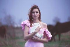 Kvinna med en vit kanin Royaltyfria Foton