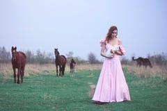 Kvinna med en vit kanin Royaltyfria Bilder