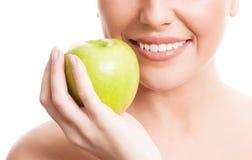 Kvinna med ett äpple Royaltyfri Foto