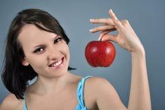Kvinna med ett äpple Royaltyfri Bild