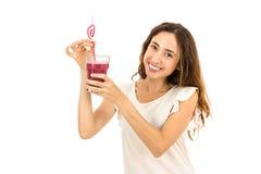 Kvinna med ett exponeringsglas av smoothien arkivfoto