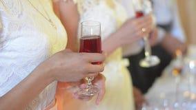 Kvinna med ett exponeringsglas i henne applådera för händer Händer av gästen på bröllopet Kameraexponeringar Rostat brödbröllopmo lager videofilmer