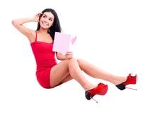 Kvinna med ett kort Arkivbild