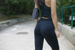 Kvinna med ett perfekt diagram som gör sportar, kondition, dricksvatten royaltyfri fotografi