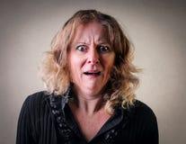 Kvinna med ett skräckuttryck royaltyfria bilder