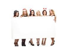 Kvinna med ett tecken i hatt för vit jul Royaltyfria Foton