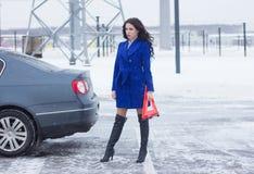Kvinna med ett varningstecken på den väntande på hjälpen för väg Fotografering för Bildbyråer