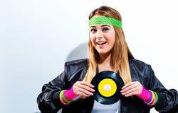Kvinna med ett vinylrekord i mode 1980 för ` s royaltyfria bilder