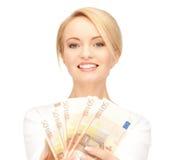 Kvinna med eurokassapengar Arkivbild
