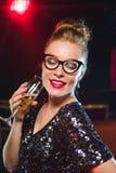 Kvinna med exponeringsglas av champagne på nytt år eller julpartiet Royaltyfria Bilder