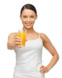 Kvinna med exponeringsglas av fruktsaft Royaltyfri Fotografi