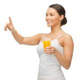 Kvinna med exponeringsglas av fruktsaft Arkivbild