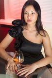 Kvinna med exponeringsglas av konjak Royaltyfri Bild