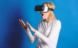 Kvinna med exponeringsglas av virtuell verklighet begrepp f?r teknologi 3d, virtuell verklighet-, underh?llning-, cyberspace- och royaltyfria bilder