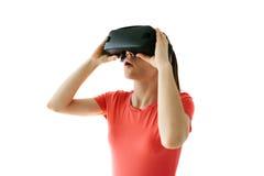 Kvinna med exponeringsglas av virtuell verklighet Framtida teknologibegrepp Modern kopieringsteknologi På en vit bakgrund Royaltyfria Foton