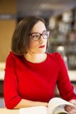 Kvinna med exponeringsglas i arkiv med boken Fotografering för Bildbyråer