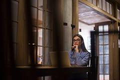 Kvinna med exponeringsglas i rum Arkivfoto