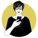 Kvinna med exponeringsglas och hörlurar genom att använda hennes smartphone Royaltyfria Bilder