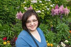 kvinna med exponeringsglas som är främsta av trädgård Fotografering för Bildbyråer