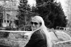 Kvinna med exponeringsglas som ler och ser rak till kameran Arkivbild