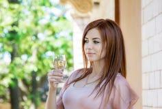 Kvinna med exponeringsglaset av champagne Royaltyfria Bilder