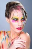 Kvinna med extrem makeupdesign med färgrikt pulver Royaltyfria Foton