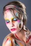 Kvinna med extrem makeupdesign med färgrikt pulver Royaltyfri Foto